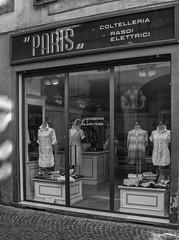 ...cambio d'uso.. (Luigi Photo) Tags: moda lucca vetrina salento manichini coltelli coltelleria fotofucina