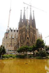 Gaudi's Sagrada Familia (Evafdp) Tags: barcelona lake verde green church architecture canon lago eos arquitectura view weekend basilica gaudi vista trips 100 nublado sagradafamilia catalua escapadas 550d claoudy modernismocatalan