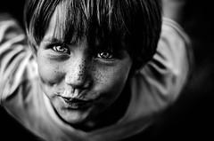 Plongée (PaxaMik) Tags: portrait eyes noir yeux regard yeuxbleus n§b portraitnoiretblanc