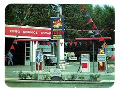 Station ESSO SERVICE PICARDIE (avec CITROEN ID19 et RENAULT Dauphine) (xavnco2) Tags: station advertising tiger super 1966 gas essence petrol werbung esso publicit tigre extra pubblicit servizio stationservice benzin