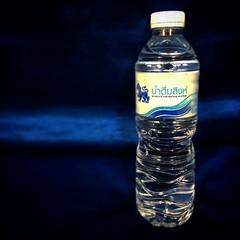 ทดลองถ่ายขวด น้ำดื่ม สิงห์ ฉากน้ำเงิน กล้อง IPhone5s #iphone5s #singha #drinking #water #photooftheday #picoftheday #iphoneonly