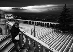 _DSC0030 (Giuseppe Cocchieri) Tags: bw blackwhite blackandwhite bianconero biancoenero black nero bianco allaperto assisi umbria street streetphoto mood atmosfera atmosphere sky cielo temporale