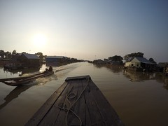 Casas flotantes (NFTOMY) Tags: boat suresteasiático water navegando pescadores culturas lake lago viajes trip travel traveler goprofotos gopro tonlésap lagosap casasflotantes sudesteasiático bote airelibre río cambodia camboya simplysuperb