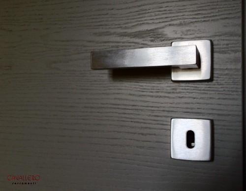 Dettaglio maniglia satinata porta Frassino a venatura orizzontale