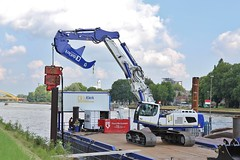 IMG_1399 (Niels_blanc) Tags: water amsterdam de utrecht ponton excavator liebherr werkendam graafmachine rijnkanaal damwand groenewoudsedijk klerk damwanden