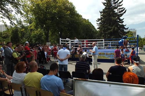Меркушкин вещает на камеры у боксёрского ринга ©  Narengoyn