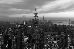 (Meine Sicht) Tags: city nyc winter bw usa newyork downtown sonnenuntergang manhattan sw empirestatebuilding rockefellercentre monochrom schwarzweiss februar nachtaufnahme fotokunst rauen leicam aussichtplattform totr wwwrauenfotode