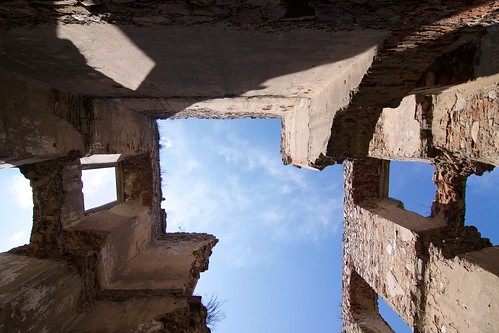 Niebo ponad częścią centralną skrzydła południowego zamku w Bodzentynie