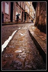 Chartres sous la pluie (Maestr!0_0!) Tags: street film umbrella fuji minolta candid 28mm pluie epson rue chartres trottoir argentique parapluie fujicolor 7000 argentic caniveau v700