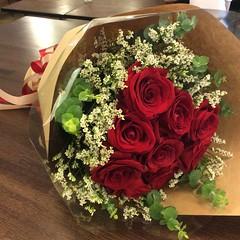 ครบรอบแต่งงานวันนี้ครับ ขอกุหลาบแดง9ดอกครับ จัดให้หน่อยครับ ลูกค้าบอก #fleur #flora #floral #flower #cutflowers #rose #limonium #eucalyptus #florist #choosing #creating #presenting #arrangement #bouquet #anniversary #wedding #floraldesigner #khunpentorr #