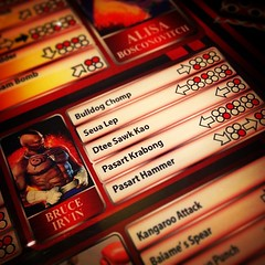 นั่งดูตู้เกมเทคเคน 6 ... ไอ้ท่าต่างๆของตัวละครตัวนี้ (ที่ใช้มวยไทยเป็นอาวุธ) มันอ่านว่าอะไรกันแน่ครับ ?  สงสัยคน Research เกมนี้ออกจะสะเพร่าไม่น้อยครับ ฮาๆ   ตีศอกเข่า ?