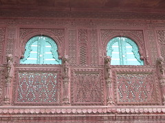"Une haveli <a style=""margin-left:10px; font-size:0.8em;"" href=""http://www.flickr.com/photos/83080376@N03/14961210357/"" target=""_blank"">@flickr</a>"