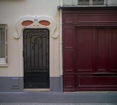 Porte masque (afantelin) Tags: door boutique porte iledefrance paris14 26ruedeplaisance