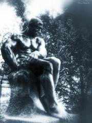 (Olivb77) Tags: grave statue death path mort chemin tombe prelachaise alle pierretombale mausole