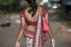 SL041 Girl in Osaria - Anuradhapura 16 - Sri Lanka (VesperTokyo) Tags: red bag back unescoworldheritagesite srilanka ceylon younggirl anuradhapura sinhalese 世界遺産 女性 サリー スリランカ singhalese 民族衣装 nikond3 セイロン osaria kandyansaree オサリア