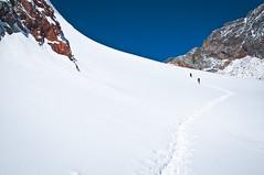 Long Way to Cho La Pass (5,420m), Nepal (terbeck) Tags: travel schnee nepal snow mountains trekking reisen asia asien hiking pass berge hiker himalaya stomp khumbu everest wandern himalayas tramp wanderer gebirge chola trudge bergsteigen sagarmatha everestregion nikond90 stapfen terbeck mahalangur hhenpass