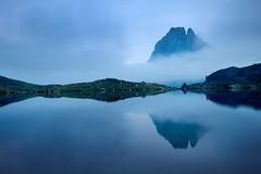 Midi d'Ossau (jonlp) Tags: blue naturaleza mist nature azul landscape natura paisaje niebla pyrenees pirineos urdina pirinioak lanbroa mididossau paisajea lacgentau