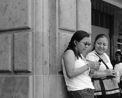 (Digenes ;)) Tags: bw blanco de y pareja negro celular chicas telefono por hablando
