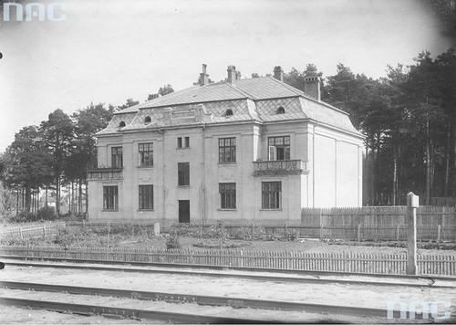 Dom mieszkalny przy stacji kolejowej, okres międzywojenny (NAC)