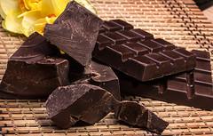 10 motivos para comer chocolate escuro todos os dias (procuramed) Tags: darkchocolate chocolate cocoa tasty sweet bar brown dark bitter candy chaff background chipping chopped dessert flower mat narcissus ukraine
