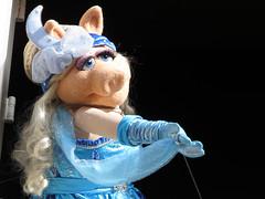 Miss Piggy (meeko_) Tags: miss piggy misspiggy pig muppet muppets present great moments american history greatmomentsinamericanhistory themuppetspresentgreatmomentsinamericanhistory show entertainment libertysquare magic kingdom magickingdom themepark walt disney world waltdisneyworld florida