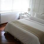 A cama tem enxoval de algodão egípcio