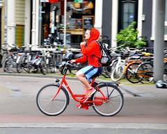 Nederland beweegt (FaceMePLS) Tags: amsterdam bike bicycle nederland thenetherlands streetphotography sneakers nike shorts fiets fietser capuchon rugzak tweewieler straatfotografie damesfiets facemepls huurfiets nikond300