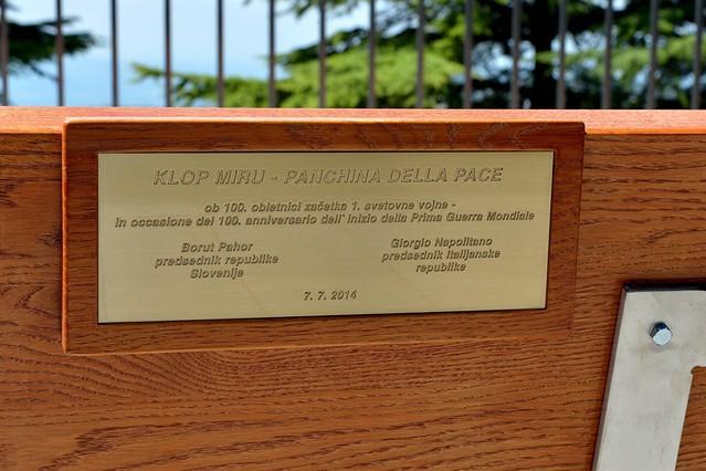 """La targa commemorativa della """"panchina della pace"""""""