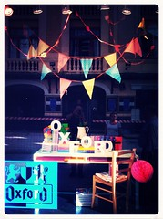 "2014 septiembre - escaparate Oxford • <a style=""font-size:0.8em;"" href=""http://www.flickr.com/photos/38686983@N06/15019046678/"" target=""_blank"">View on Flickr</a>"