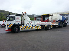 Volvo Rear Lifting A 6 Wheeler Fuel Tanker (JAMES2039) Tags: rescue truck volvo cardiff renault petrol tow tanker towtruck fuel recovery ask hazchem adr lander wrecker 6wheeler fueltanker fm12 underlift heavyunderlift rearsuspendtow askrecovery ca02tow