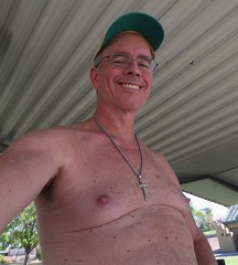 Kiwanis Park 10 19 2016 (Monte Mendoza) Tags: montemendoza chest malechest stomach cross smile sonrisa sincamisa sanschemise shirtless noshirt hat