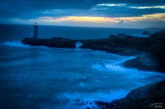 Breizh at Brest-6 (Un regard en photo - Pierre Photos) Tags: ocean blue red lighthouse bretagne côte breizh hour brest phare minou décembre atlantique côtes 2013 bretonnes