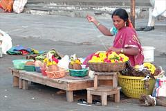 Vendeuse d'offrandes devant le temple de Chamundi (Mysore, Inde) (dalbera) Tags: india mysore durga inde chamundi dalbera démonbuffle mahishâsura