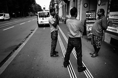 street  talk (gato-gato-gato) Tags: street bw white black blanco monochrome person schweiz switzerland abend flickr noir suisse sommer strasse 28mm zurich negro snapshot streetphotography pedestrian august human pointandshoot streetphoto monochrom zrich svizzera weiss zuerich blanc ricoh ricohgr schwarz donnerstag onthestreets passant mensch sviss autofocus feierabend zwitserland isvire zurigo streetphotographer fussgnger bewlkt zueri strase streetpic apsc gatogatogato fusgnger gatogatogatoch wwwgatogatogatoch streettogs tobiasgaulkech