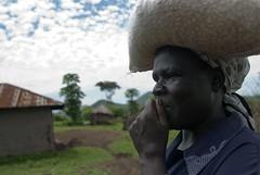 "Jane sulla strada per il mulino - Kenya • <a style=""font-size:0.8em;"" href=""https://www.flickr.com/photos/124962655@N08/15136181235/"" target=""_blank"">View on Flickr</a>"