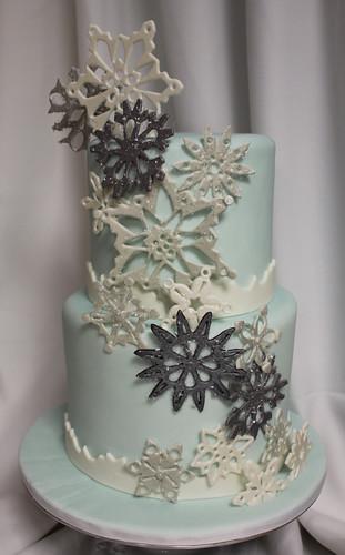 Snowflake Cascade Wedding Cake med