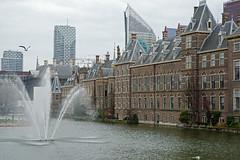 2013.04.17.046 PAYS-BAS - LA HAYE - Le Binnenhof et l'Hofvijver (l'tang de la cour) et les tours modernes (alainmichot93 (Bonjour  tous)) Tags: tour nederland denhaag immeuble hollande lahaye 2013