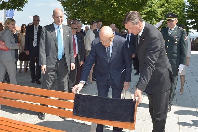 """Il Presidente Giorgio Napolitano e il Presidente della Repubblica di Slovenia il Borut Pahor scoprono una targa commemorativa dell'incontro apposta su una panchina denominata """"panchina della pace"""" a Monte Santo"""
