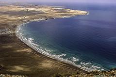 C2220-Golfo y caleta de Famara (Lanzarote) (Eduardo Arias Rbanos) Tags: sea beach landscape mar nikon gulf wave lanzarote playa paisaje d100 ola golfo eduardoarias eduardoariasrbanos