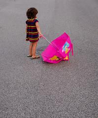 [211/365] Umbrella (Haz_man) Tags: summer color umbrella 35mm kid sweden nora fujifilm sverige malmö project365 skånelän fujifilmxt1 fujifilmfujinonxf3514r