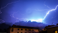 20082014-IMG_0297 (Nicola Pezzoli) Tags: sky italy clouds canon nuvole nicola blu val cielo leffe lightning bergamo lombardia thunder manfrotto temporale tempesta lampi seriana fulmine 600d pezzoli gandino peia