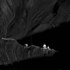 Ladakh - Chorten à Tingmosgang au soleil couchant. (Gilles Daligand) Tags: inde himalaya ladakh jammuetkashmir montagne paysage soleilcouchant sunset chorten ombres lumiere tingmosgang olympus omdem5 noiretblanc bw monochrome