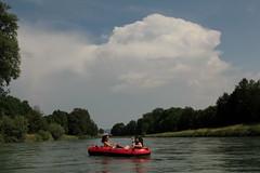 Gummiboot ( Schlauchboot ) auf der Limmat ( Fluss - River ) bei Oberengstringen im Kanton Zürich in der Schweiz (chrchr_75) Tags: chriguhurnibluemailch christoph hurni schweiz suisse switzerland svizzera suissa swiss chrchr chrchr75 chrigu chriguhurni 1406 juni 2014 hurni140613 albumlimmat limmat fluss river gummiboot gummiboote schlauchboot boot jolle dinghy boat jolla canot ディンギー sloep bote bestofgbfs bestofgummibooteinderschweiz schlauchboote albumschlauchbootegummibooteunterwegsinderschweiz juni2014
