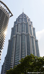 Petronas tower XOKA0234bs (forum.linvoyage.com) Tags: bridge blue trees sky green tower skyscraper twins outdoor petronas malaysia kuala lumpur              phuketian forumlinvoyagecom httpforumlinvoyagecom phuketphotographernet