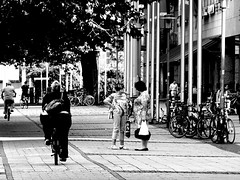 Two talkers and a Fat biker (Giangaleazzo) Tags: street city girl bike bicycle canon germany blackwhite europe strada strasse fat transport large talk run surface size magdeburg discussion weight ost fit saddle biancoenero germania est ragazza pomerania citt talker bicicletta sachs grasso marciapiede madchen grassa correre pedalare sassonia 40d magdeburgo giangaleazzo