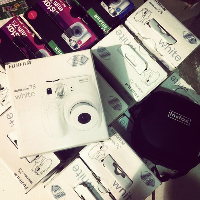 Les marques font leur rentrée. Cest parti pour un marathon #Polaroid de 15 jours. On commence avec 50 mini pour lavenue Montaigne, sans PHILIPPE BOUVARD ;) #instax
