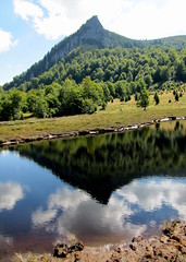 a Kakastaréj csúcs / the Creasta Cocoşului peak (debreczeniemoke) Tags: autumn reflection mirror pond transylvania bog transilvania tó erdély muskeg ősz tükörkép láp tőzegláp kakastaréj canonpowershotsx20is gutinhegység creastacocoşului tăulchendroaiei gutinmountains