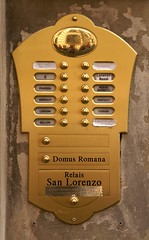 Lucca, Via Cesare Battisti, Klingelanlage (door bells) (HEN-Magonza) Tags: italien italy italia lucca tuscany toscana doorbells toskana viacesarebattisti klingelanlage