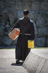 Parcel Monk (Cornelli2010) Tags: people israel post candid jerusalem streetphotography monk parcel mnch paket pckchen canonef70200mm14l geistlicher canoneos5dmarkiii