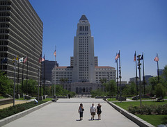 Tourists in Grand Park Near City Hall (Robb Wilson) Tags: losangeles cityhall tourists downtownla governmentbuildings lacityhall